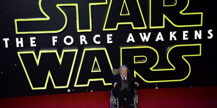 "Kenny Baker bei der Europapremiere von ""Star Wars: The Force Awakens"" in London im Dezember 2015."