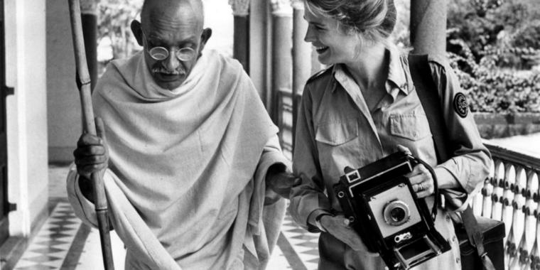 "Ben Kingsley als Mahatma Gandhi und Candice Bergen als ""Life Magazine""-Fotografin Margaret Bourke-White in ""Gandhi"", dem wichtigsten Film von Regisseur Richard Attenborough."