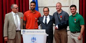 Chris Norman, Anthony Sadler, Frankreichs Präsident Francois Hollande, Spencer Stone und Alek Skarlatos bei der Verleihung des höchsten französischen Ordens.