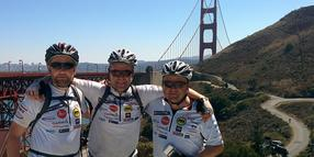 Jörg Krug, Harald Becker, Ulrich Weigel posieren vor der Golden Gate Bridge in San Francisco. Gemeinsam waren die drei Hinterländer auf ihren Mountainbikes in den USA unterwegs.
