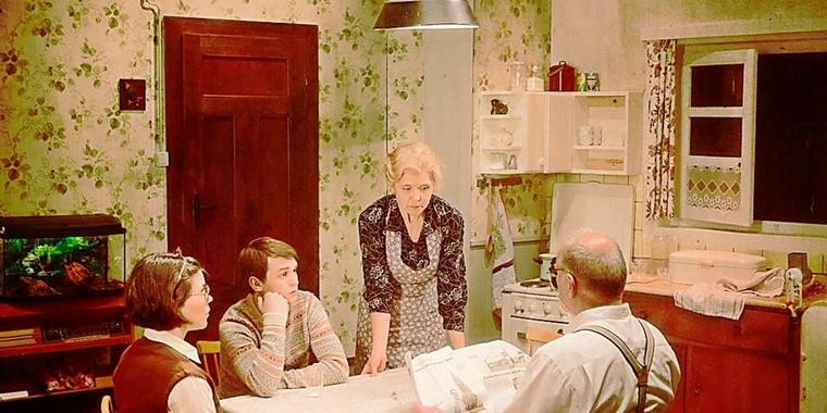 Bei Familie Klopper führt der Vater (Jürgen Helmut Keuchel, rechts) ein strenges Regiment, Margot (Katrin Hylla, links), Thomas (Thomas Mateusz Dopieralski) und die Mutter (Doris Plenert) leben in Angst. Foto: Ramon Haindl