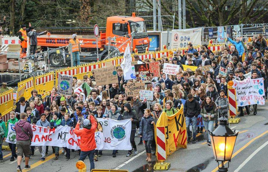 "Klimaschutzdemo ""Fridays For Future"" in Marburg am 5.4.19, hier am Rudolphsplatz. Foto: Thorsten Richter (thr)"