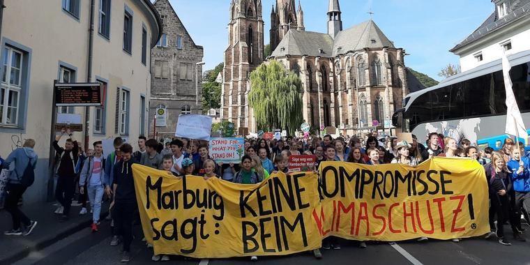 Riesendemo durch Marburg. Foto: Thorsten Richter