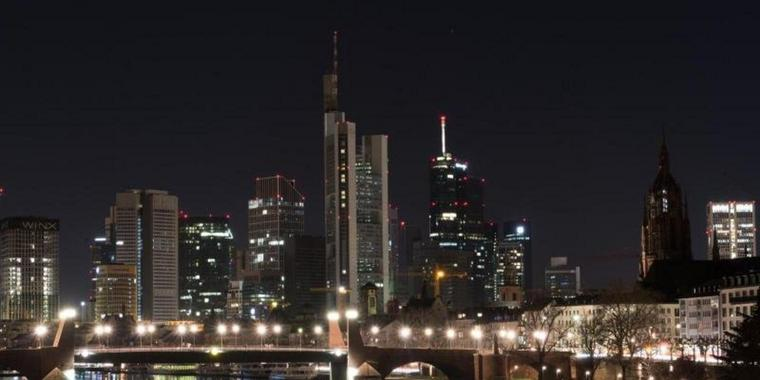 Die verdunkelte Skyline in Frankfurt am Main zur «Earth Hour» 2017.