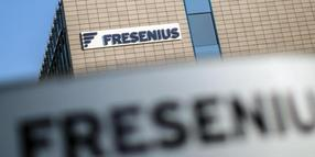 Das Logo von Fresenius am Firmensitz in Bad Homburg.