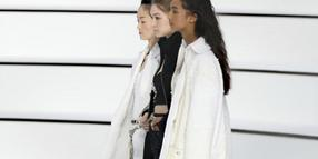 Minimalistische Outfits bei Chanel in Paris.