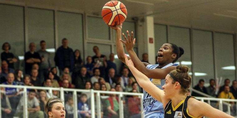Tonisha Baker (am Ball) spielt seit 2013 in Deutschland professionell Basketball. Archivfoto: Thorsten Richter