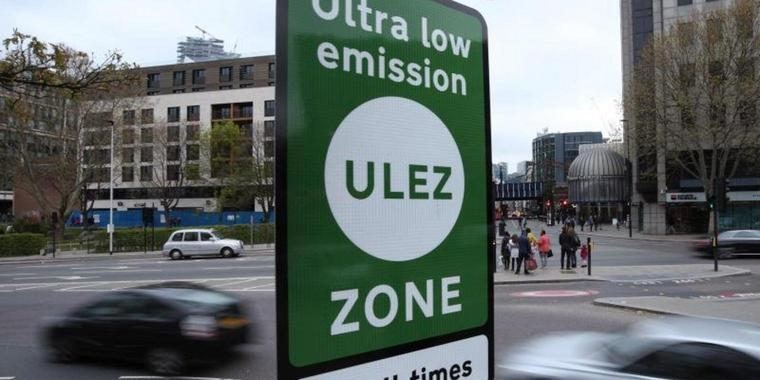 Grüne Schilder weisen in London auf die «Ultra Low Emission Zone» hin.