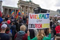 Demonstranten versammeln sich am Brandenburger Tor in Berlin.