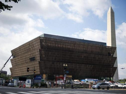 Das National Museum of African American History and Culture befindet sich in der Nähe des Washington Monument (R).