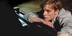 Depressionen am Klavier: David (Louis Hofmann).