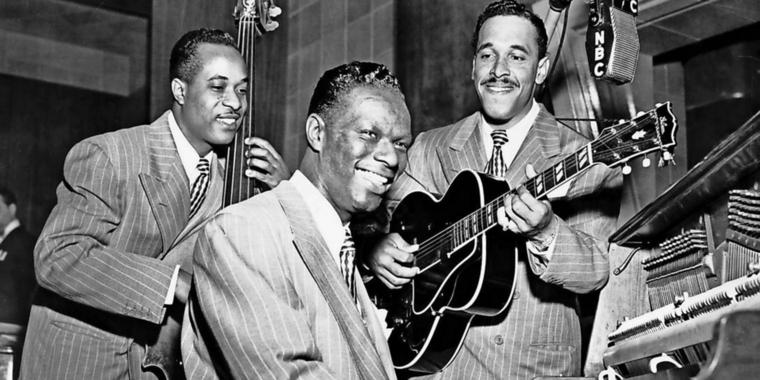 Drei für den Jazz (von links) Johnny Mills am Bass, Nat King Cole am Piano und Oscar Moore an der Gitarre. Am 19. März wäre Nat King Cole 100 Jahre alt geworden.