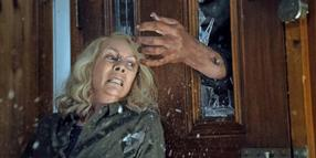 Normalerweise klopft man an: Laurie Strodes (Jamie Lee Curtis) alter Widersacher Michael Myers (Nick Castle) begehrt in Psychokillermanier Einlass.