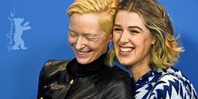"dpatopbilder - 12.02.2019, Berlin: 69. Berlinale - Photocall, ""The Souvenir"", Großbritannien, Panorama: Tilda Swinton (l) und Honor Swinton Byrne, Schauspielerinnen. Foto: Ralf Hirschberger/dpa +++ dpa-Bildfunk +++"