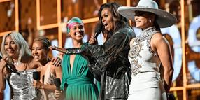 Lady Gaga, Jada Pinkett Smith, Alicia Keys, Michelle Obama, and Jennifer Lopez (von links)auf der Bühne bei der 61. Grammy-Verleihung in Los Angeles.