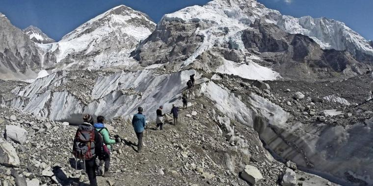 Bergsteiger starten am Basislager des Mount Everest.