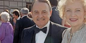 John Hillerman und Betty White bei den Emmy Awards 1985.